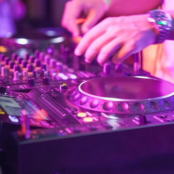 Servicio de DJ profesional para tu fiesta en tu Yate de Lujo